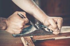 Αρσενικός ξυλουργός στην εργασία Στοκ Φωτογραφίες