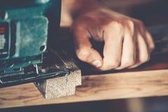 Αρσενικός ξυλουργός στην εργασία Στοκ φωτογραφία με δικαίωμα ελεύθερης χρήσης