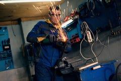 Αρσενικός οξυγονοκολλητής στο εργαστήριο Στοκ Φωτογραφία