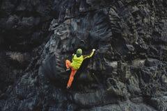 Αρσενικός ορειβάτης βράχου στον απότομο βράχο Στοκ Φωτογραφίες