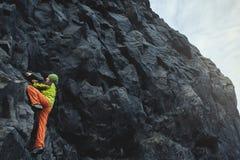Αρσενικός ορειβάτης βράχου στον απότομο βράχο Στοκ Εικόνα