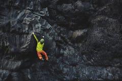 Αρσενικός ορειβάτης βράχου στον απότομο βράχο Στοκ φωτογραφίες με δικαίωμα ελεύθερης χρήσης