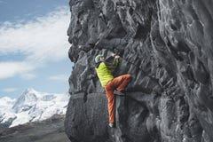 Αρσενικός ορειβάτης βράχου στον απότομο βράχο Στοκ Φωτογραφία