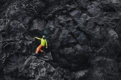 Αρσενικός ορειβάτης βράχου στον απότομο βράχο Στοκ φωτογραφία με δικαίωμα ελεύθερης χρήσης