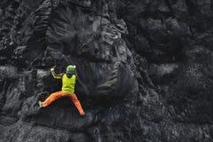 Αρσενικός ορειβάτης βράχου στον απότομο βράχο Στοκ Εικόνες