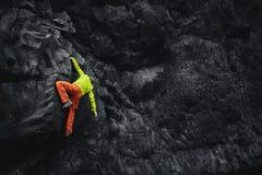 Αρσενικός ορειβάτης βράχου στον απότομο βράχο Στοκ εικόνα με δικαίωμα ελεύθερης χρήσης