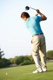 Αρσενικός παίκτης γκολφ που τοποθετεί στο σημείο αφετηρίας μακριά Στοκ Εικόνες