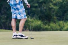 Αρσενικός παίκτης γκολφ στο golfcourse στην Ταϊλάνδη Στοκ Εικόνες