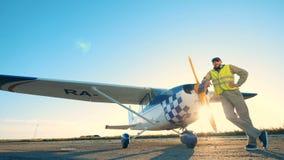 Αρσενικός πειραματικός θέτει κοντά στο αεροπλάνο του απόθεμα βίντεο