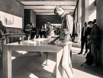 Αρσενικός πελάτης και νέο iPhone 8 και iPhone 8 συν στη Apple Store Στοκ εικόνα με δικαίωμα ελεύθερης χρήσης