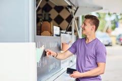 Αρσενικός πελάτης με το πορτοφόλι στο φορτηγό τροφίμων Στοκ Εικόνα
