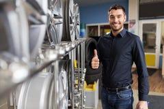 Αρσενικός πελάτης που επιλέγει τα πλαίσια ροδών στην υπηρεσία αυτοκινήτων Στοκ φωτογραφίες με δικαίωμα ελεύθερης χρήσης