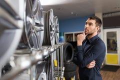 Αρσενικός πελάτης που επιλέγει τα πλαίσια ροδών στην υπηρεσία αυτοκινήτων Στοκ φωτογραφία με δικαίωμα ελεύθερης χρήσης