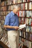 Αρσενικός πελάτης στο βιβλιοπωλείο Στοκ Εικόνα