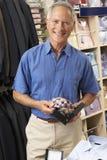 Αρσενικός πελάτης στο κατάστημα ιματισμού Στοκ εικόνα με δικαίωμα ελεύθερης χρήσης