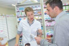 Αρσενικός πελάτης στο φαρμακείο Στοκ φωτογραφίες με δικαίωμα ελεύθερης χρήσης