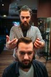 Αρσενικός πελάτης μετά από να κάνει hairstyle στο barbershop Στοκ εικόνα με δικαίωμα ελεύθερης χρήσης