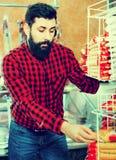 Αρσενικός πελάτης που εξετάζει τα ζυμαρικά στο κατάστημα butcher's Στοκ Εικόνα