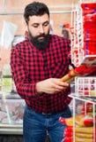 Αρσενικός πελάτης που εξετάζει τα ζυμαρικά στο κατάστημα butcher's Στοκ Φωτογραφία