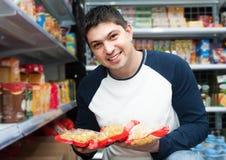 Αρσενικός πελάτης που εξετάζει την κατάταξη των ζυμαρικών Στοκ φωτογραφίες με δικαίωμα ελεύθερης χρήσης