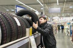 Αρσενικός πελάτης που επιλέγει τις νέες ρόδες Στοκ φωτογραφία με δικαίωμα ελεύθερης χρήσης