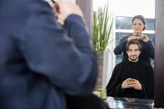 Αρσενικός πελάτης που παίρνει το κούρεμα στο σαλόνι Στοκ φωτογραφία με δικαίωμα ελεύθερης χρήσης