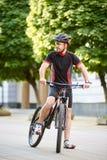 Αρσενικός ποδηλάτης που έχει το σπάσιμο μετά από τη φυλή Στοκ Φωτογραφία