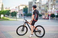 Αρσενικός ποδηλάτης που παίρνει το σπάσιμο μετά από το γύρο ποδηλάτων πρωινού Στοκ φωτογραφία με δικαίωμα ελεύθερης χρήσης
