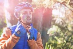 Αρσενικός ποδηλάτης βουνών που φορά το κράνος ποδηλάτων Στοκ φωτογραφία με δικαίωμα ελεύθερης χρήσης