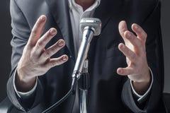 Αρσενικός πολιτικός ή επιχειρηματίας που παρουσιάζει ένα θέμα στο ακροατήριό του Στοκ Φωτογραφίες