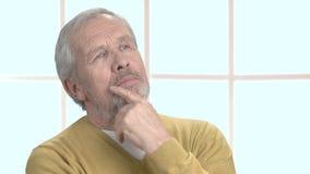 Αρσενικός πρεσβύτερος που ανατρέχει στοχαστικός κοντά απόθεμα βίντεο