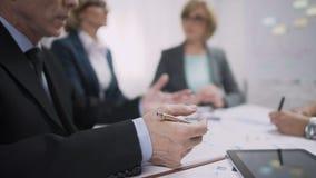 Αρσενικός προϊστάμενος που δίνει τις οδηγίες στους διευθυντές σχετικά με τις εκθέσεις τους, συνάντηση απόθεμα βίντεο