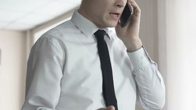 0 αρσενικός προϊστάμενος που φωνάζει στο βοηθό τηλεφωνικώς, πίεση εργασίας, αποτυχία συμβάσεων απόθεμα βίντεο