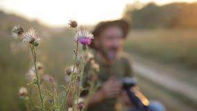 Αρσενικός πυροβολισμός φωτογραφίας σε μια όμορφη υπαίθρια ρύθμιση απόθεμα βίντεο
