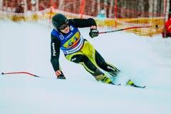 Αρσενικός σκιέρ μέσης ηλικίας μετά από το τέρμα της φυλής κατά τη διάρκεια του ρωσικού κυπέλλου στο alpine skiing Στοκ φωτογραφία με δικαίωμα ελεύθερης χρήσης