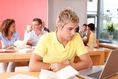 αρσενικός σπουδαστής π&omicr