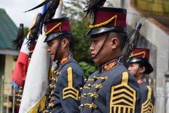 Αρσενικός στρατιωτικός μαθητής στρατιωτικής σχολής κολλεγίου στο μόνιμο σχηματισμό Στοκ Φωτογραφίες