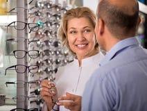 Αρσενικός συνταξιούχος που επιλέγει eyeglasses Στοκ φωτογραφία με δικαίωμα ελεύθερης χρήσης