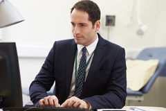 Αρσενικός σύμβουλος που εργάζεται στο γραφείο στην αρχή Στοκ Εικόνες