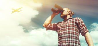 Αρσενικός ταξιδιώτης που κοιτάζει μέσω των διοπτρών στην απόσταση ενάντια στον ουρανό Χαμηλός βλαστός σημείου γωνίας με το αντίγρ Στοκ φωτογραφία με δικαίωμα ελεύθερης χρήσης