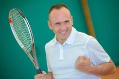 Αρσενικός τενίστας που κάνει τη νίκη χειρονομίας Στοκ εικόνα με δικαίωμα ελεύθερης χρήσης