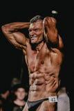 Αρσενικός τεντώνοντας Τύπος bodybuilder, χέρια πίσω από το κεφάλι Στοκ εικόνες με δικαίωμα ελεύθερης χρήσης