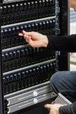 Αρσενικός τεχνικός σύμβουλος που ελέγχει τη σειρά SAN σε Datacenter στοκ εικόνες