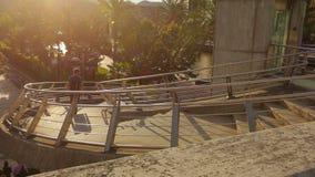 Αρσενικός τουρίστας που περπατά κάτω από τα σκαλοπάτια στον ποταμό Επίσκεψη στη παραθεριστική πόλη απόθεμα βίντεο