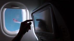 Αρσενικός τουρίστας σε ένα αεροπλάνο απόθεμα βίντεο