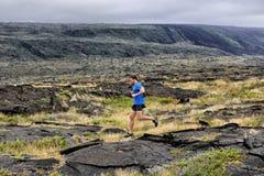 Αρσενικός υπερβολικός δρομέας ικανότητας ιχνών τρέχοντας στη φύση στοκ εικόνα