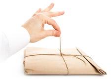 Αρσενικός φάκελος ανοίγματος χεριών που δένεται με ένα σχοινί Στοκ φωτογραφία με δικαίωμα ελεύθερης χρήσης