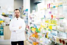 Αρσενικός φαρμακοποιός που επιδεικνύει την κατάταξη των φαρμάκων στοκ εικόνες με δικαίωμα ελεύθερης χρήσης