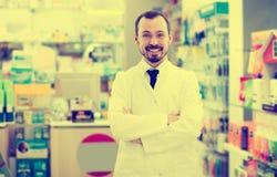 Αρσενικός φαρμακοποιός που επιδεικνύει την κατάταξη των φαρμάκων στοκ εικόνες