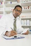 Αρσενικός φαρμακοποιός που εργάζεται στο φαρμακείο στοκ εικόνες με δικαίωμα ελεύθερης χρήσης